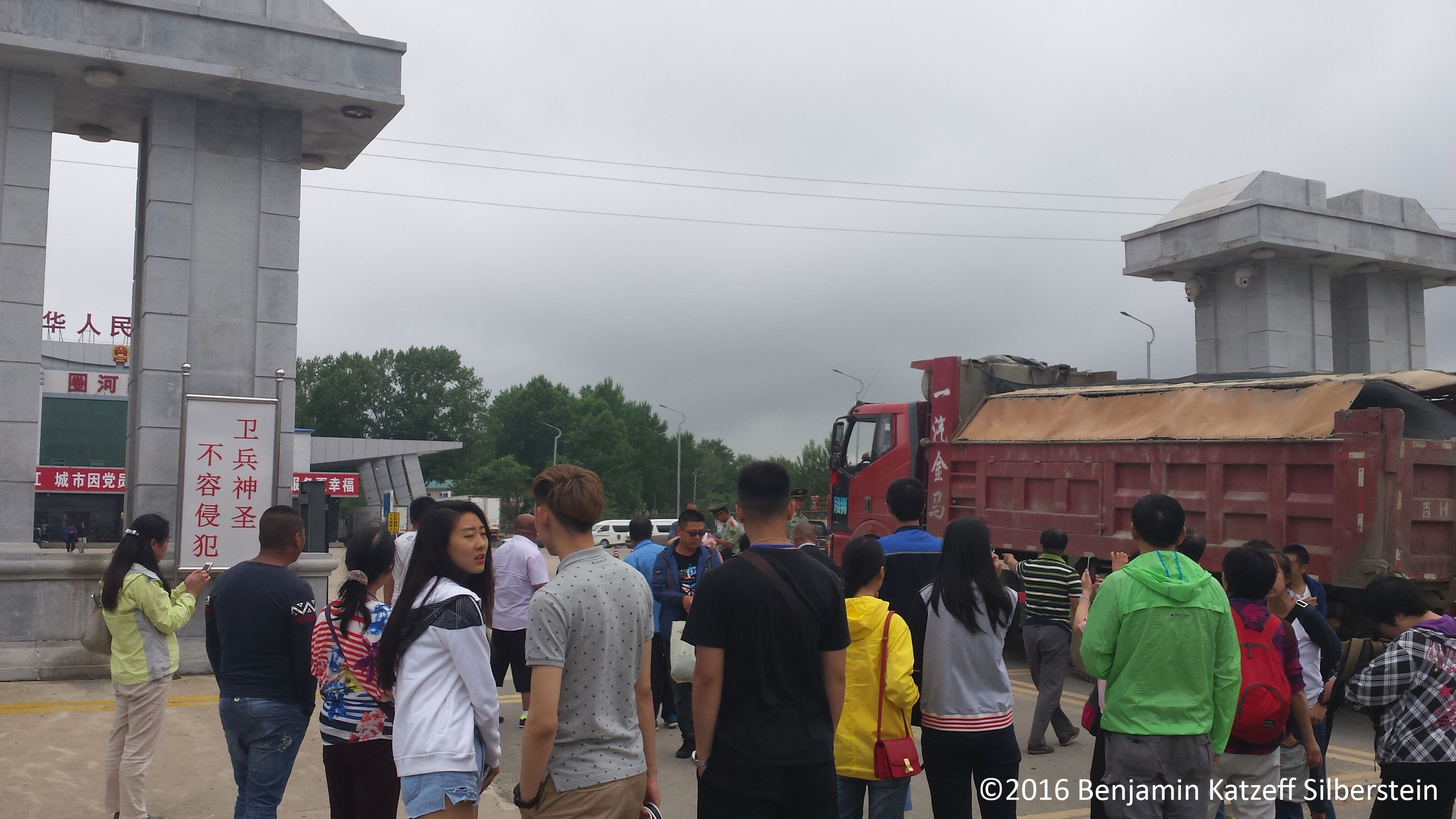 07-Tourists-and-truck-at-Rason-crossing-from-Hunchun